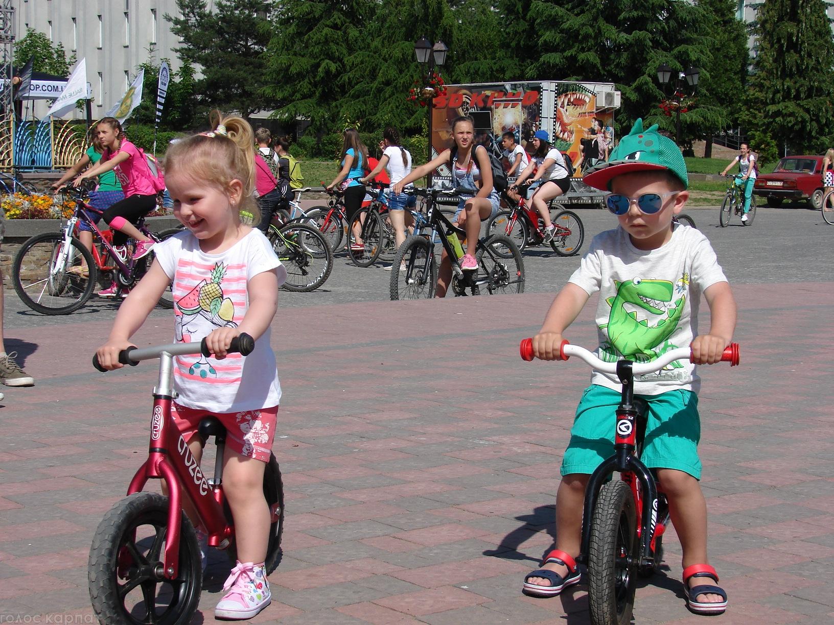 Велодень по-хустськи: малеча на біговелах та святковий велопарад (ФОТО)