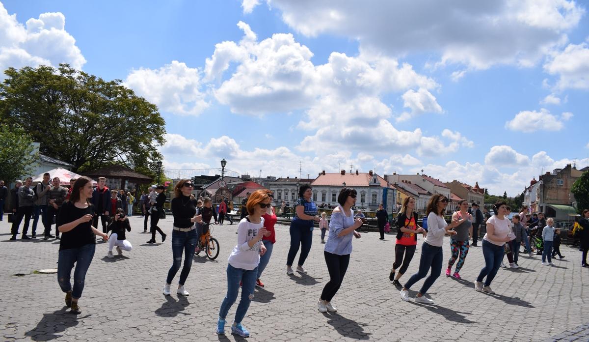 Спортивно-розважальне свято «POWER FEST – 2019» триває сьогодні на площі Театральній в Ужгороді. Захід приурочили до відзначення четвертої річниці одного з фітнес-клубів міста.