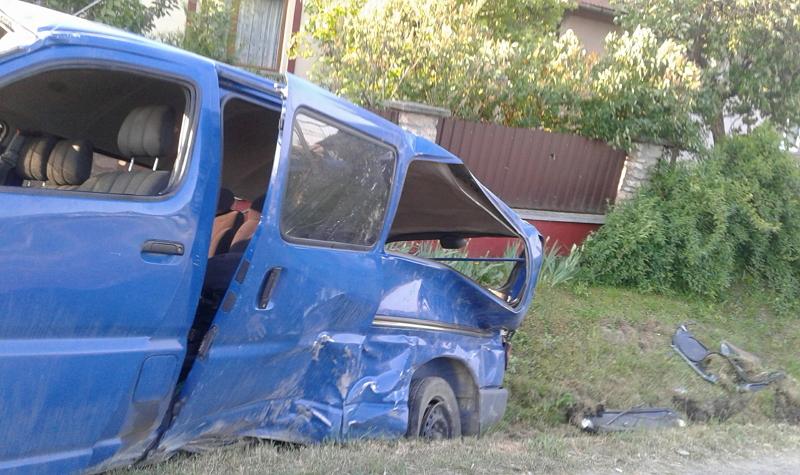 """На Ужгородщині ДТП: """"Toyota"""" врізалася в дерево і перекинулась в кюветі (ФОТО)"""