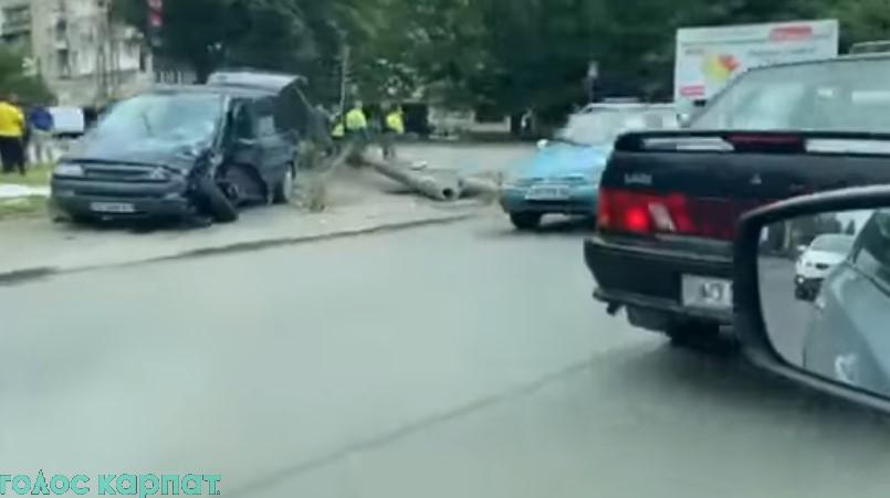 В результате аварии была повреждена опора электрооборудования на пересечении улиц Грушевского и Березной, 8.