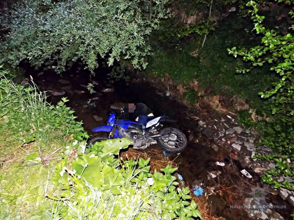 Мотоцикліст вилетів у річку й розбився