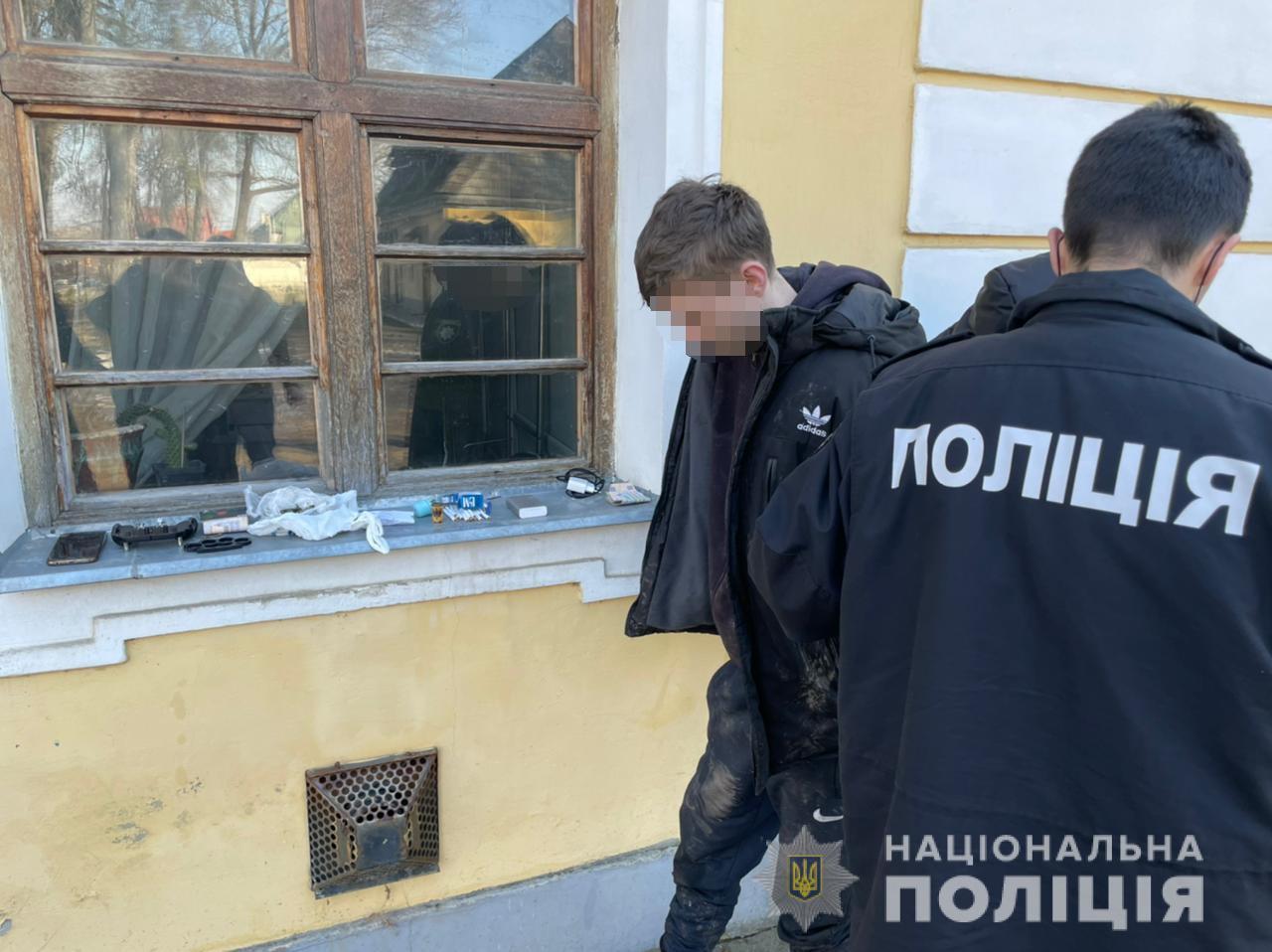 Співробітники поліції після відпрацювання інформації щодо наркозлочину у Виноградові, вийшли на неповнолітнього місцевого жителя.