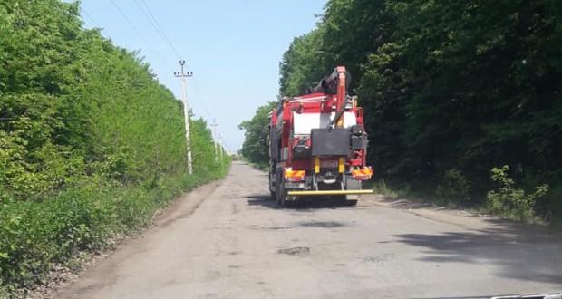 Цей відрізок шляху від головної траси до населеного пункту не ремонтували протягом останніх п'ять років.