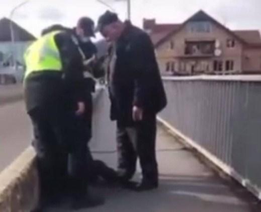 Інцидент трапився сьогодні, у Мукачеві на Росвигівському мості.