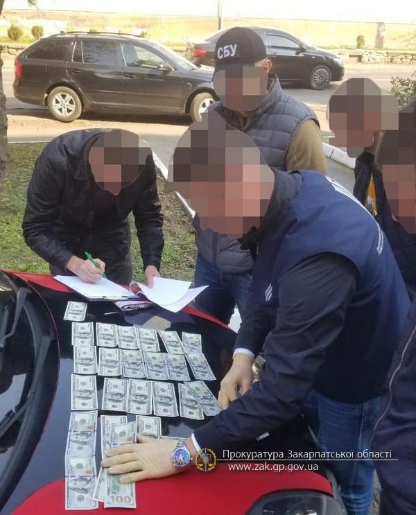 Останнього затримали при отриманні 3000 дол США та 5000 гривень неправомірної вигоди.