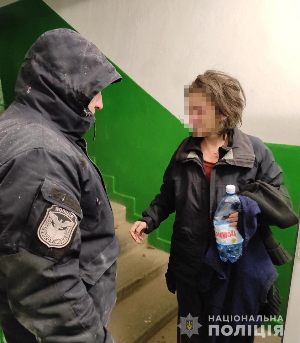 Закарпатські поліцейські врятували жінку від загибелі під час пожежі.
