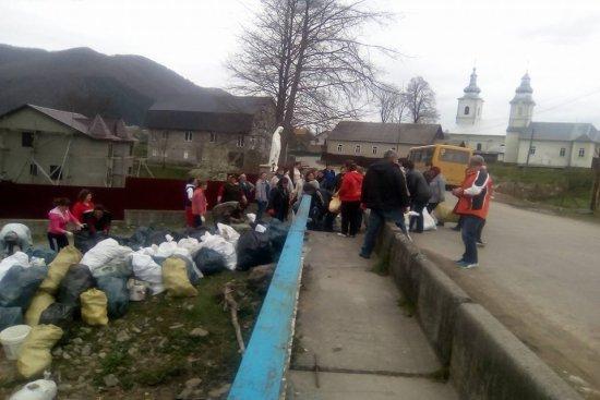 Мешканці Колочави вирішують проблему зі сміттям самотужки