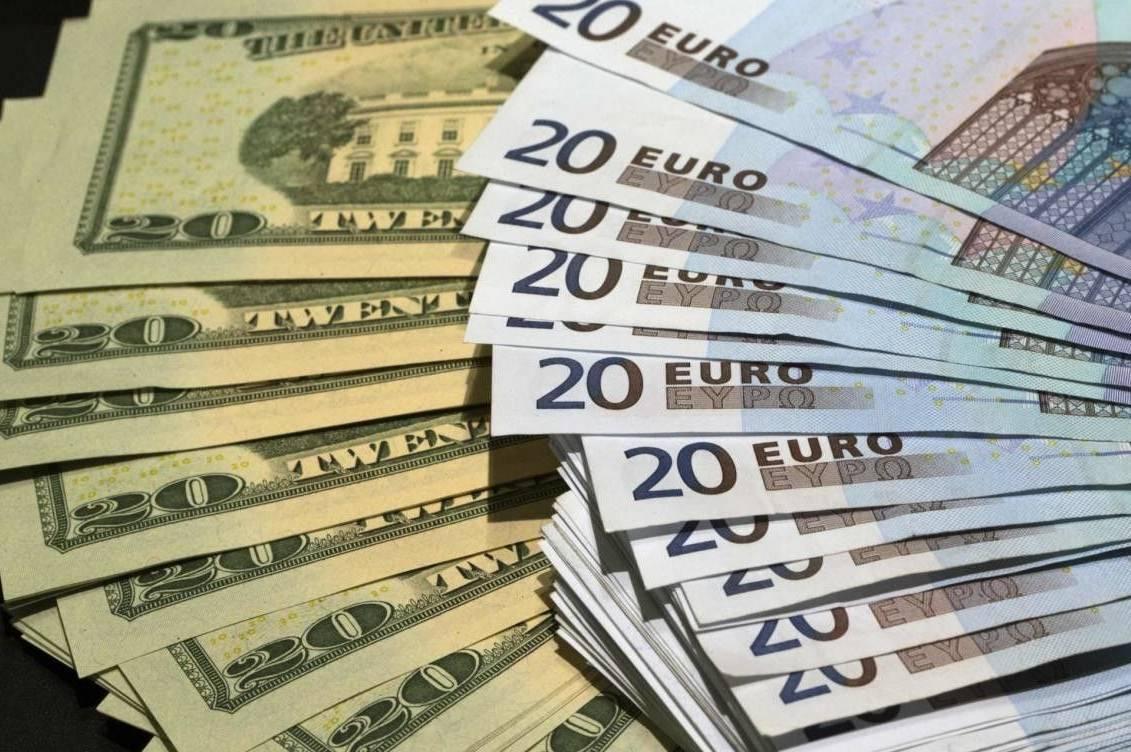 Гривня подорожчала на три копійки по відношенню до євро і подешевшала на копійку по відношенню до долара.