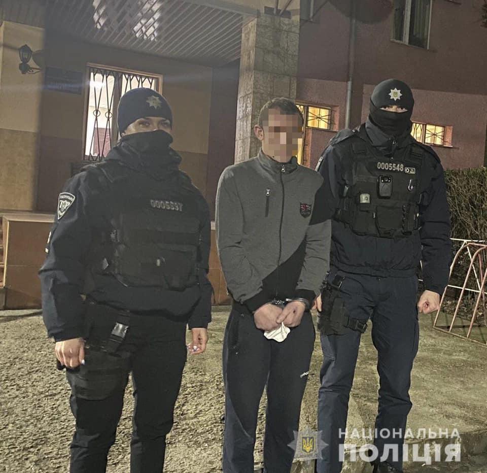 Вчора, 10 січня, до поліції надійшло повідомлення про розбійний напад неподалік площі Богдана Хмельницького в обласному центрі Закарпаття.