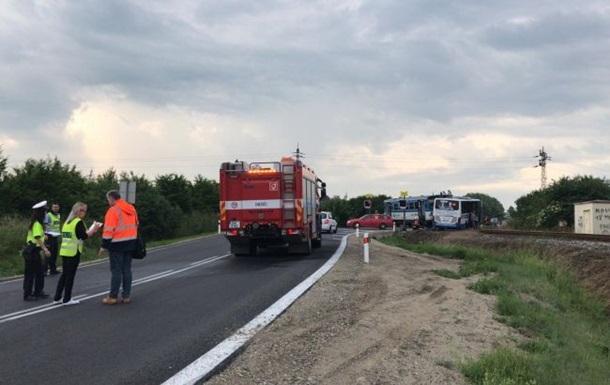 Потяг зіткнувся з автобусом на переїзді поблизу Праги.