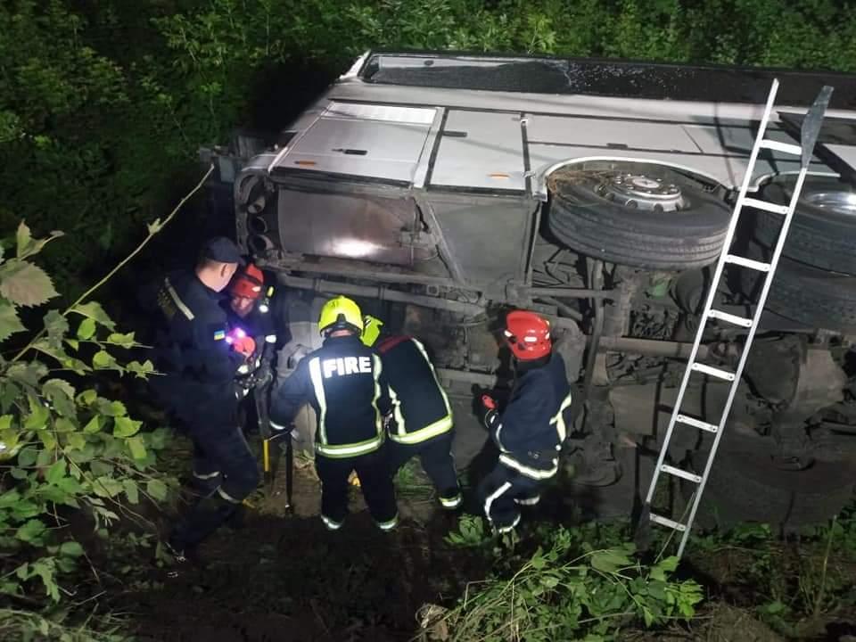 У Рівненській області у ніч проти суботи, 17 липня, перекинувся автобус с пасажирами сполученням
