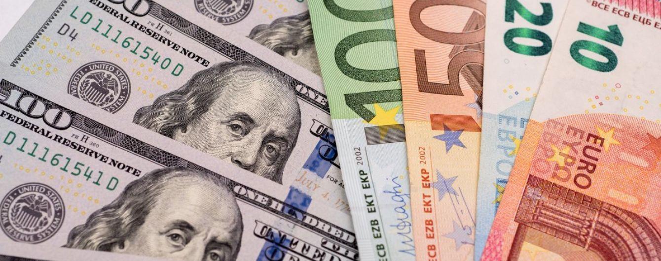 На міжбанку курс долара зберігся на рівні попереднього дня, а курс євро зріс на сім копійок.