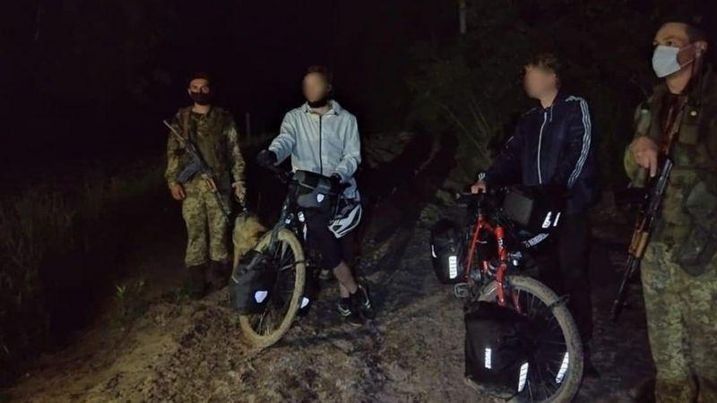 Українські прикордонники зупинили двох громадян Німеччини, які незаконно перетнули кордон.