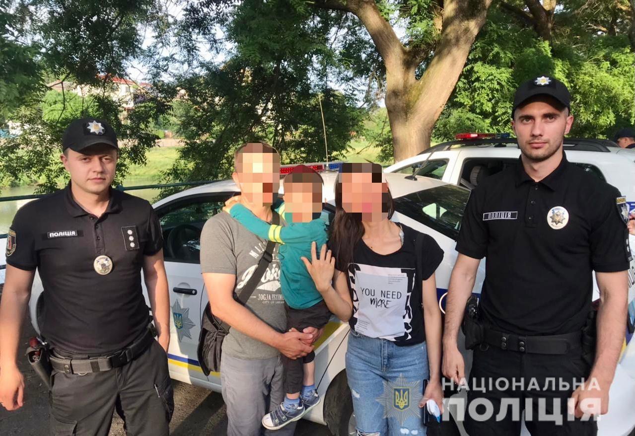 В Ужгороде полиция обнаружила в считанные минуты маленького мальчика, который потерялся во время прогулки.