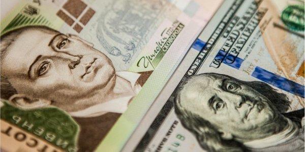 Нацбанк залишив практично без змін курс гривні до долара. У той же час євро, який попередні банківські дні дорожчав, зараз подешевшав відразу на сім копійок.