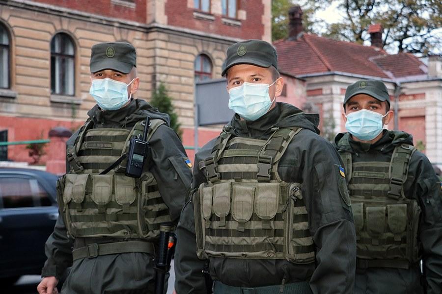 Військовослужбовці 3 батальйону 2 Галицької бригади Нацгвардії України приступили до охорони громадського порядку у місті Мукачево.