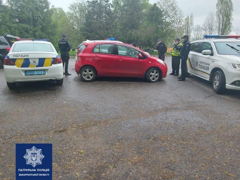 Вчора, близько 10:30, зa порушення ПДР патрульні зупинили водія червоної Тойоти, повідомляє Патрульна поліція Закарпатської області.