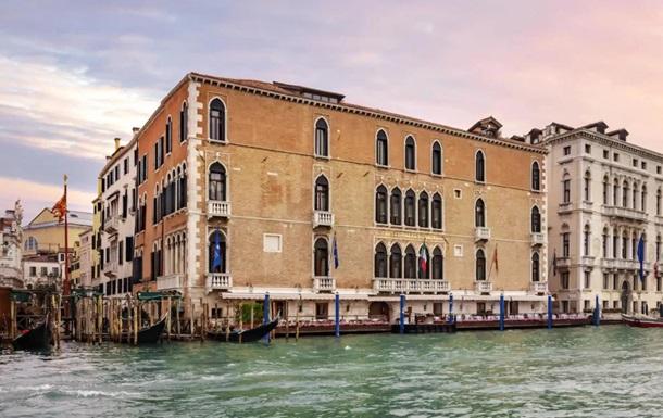 Акторів ізолювали в готелі Gritti Palace, який вважається одним з найкращих у Венеції. Карантин триватиме мінімум до понеділка.