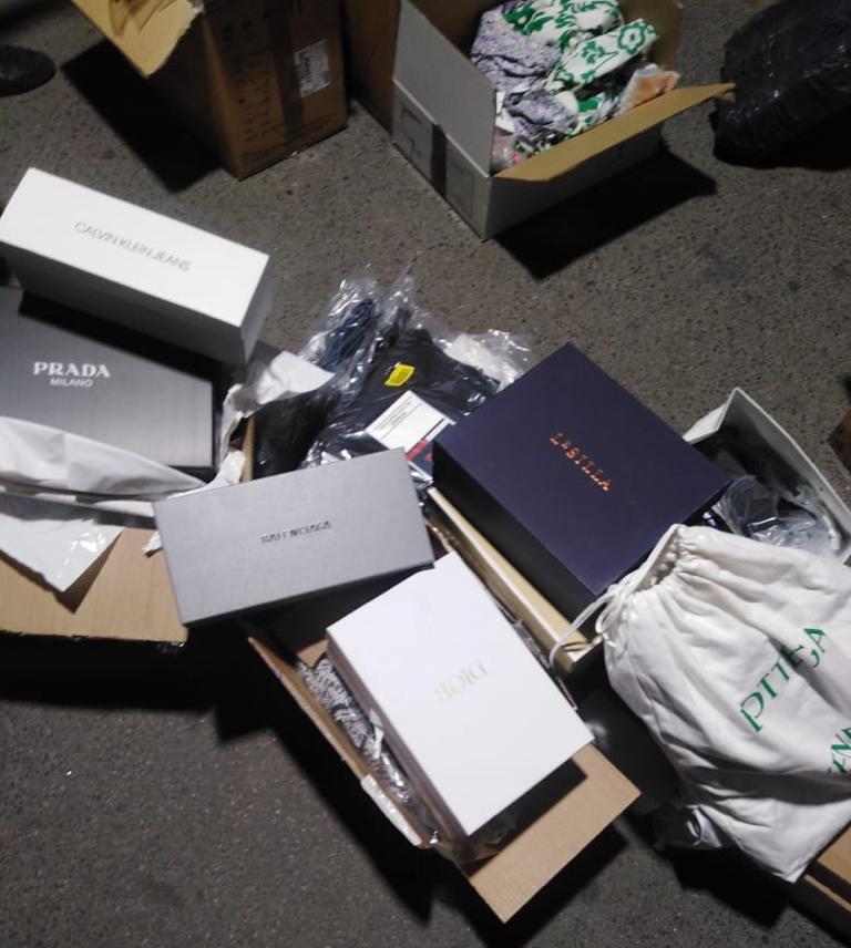 Під виглядом вживаних речей – новенькі сумочки, одяг та взуття від «Chloe», «PRADA», «DIOR», «MICHAEL KORS» та інших брендів намагався завезти через кордон водій так званих «італійських бусів».