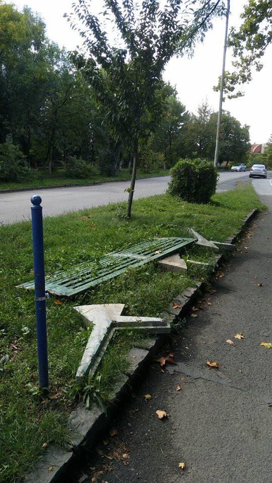 Фотофакт! На Слов'янській набережній в Ужгороді вандали розламали лавицю