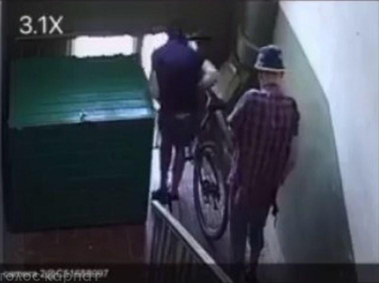 Невідомі поцупили велосипед з багатоповерхівки.
