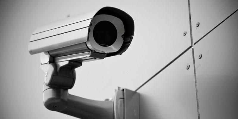 """Вночі в Ужгороді злочинці намагалися """"обчистити"""" подвір'я приватного будинку і потрапали на відео-запис."""