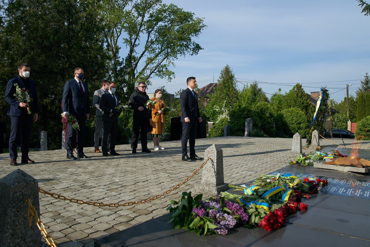Президент України Володимир Зеленський прибув з робочою поїздкою до Закарпатської області, де вшанував на меморіалі