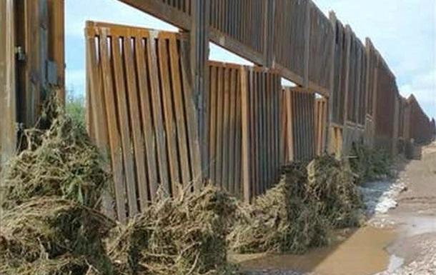 Причиною руйнування прикордонної стіни стали потужні зливи, через які прилеглі річки вийшли з берегів.