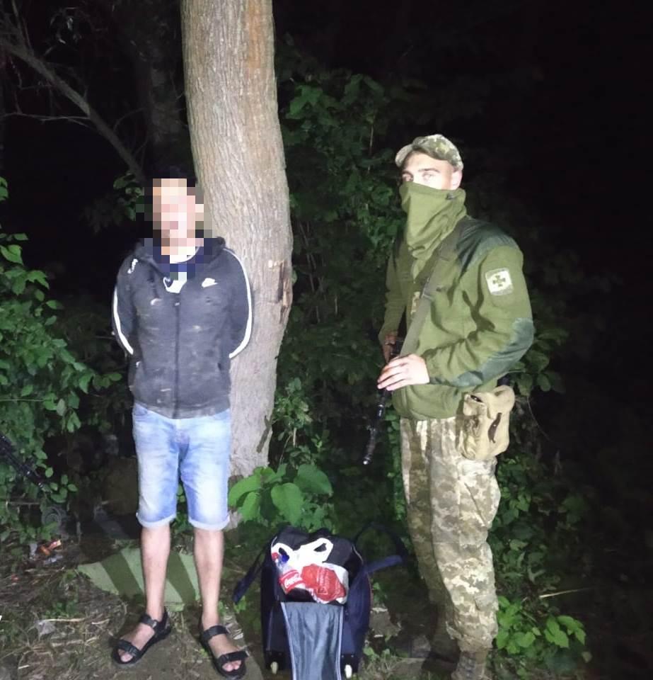 Нелегального мігранта затримали учора ввечері прикордонники відділення «Грушово» Мукачівського загону на околиці населеного пункту «Тересва».
