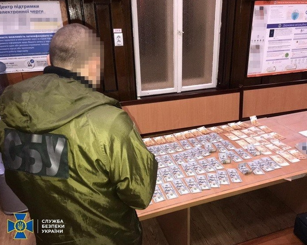 У Чернівецькій області СБУ викрила посадовців Державної міграційної служби на схемі завищені вартості послуг.