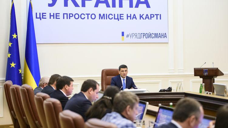 У середу, 24 липня, на своєму першому після парламентських виборів засіданні Кабміну прем'єр-міністр Володимир Гройсман виглядав явно засмученим.
