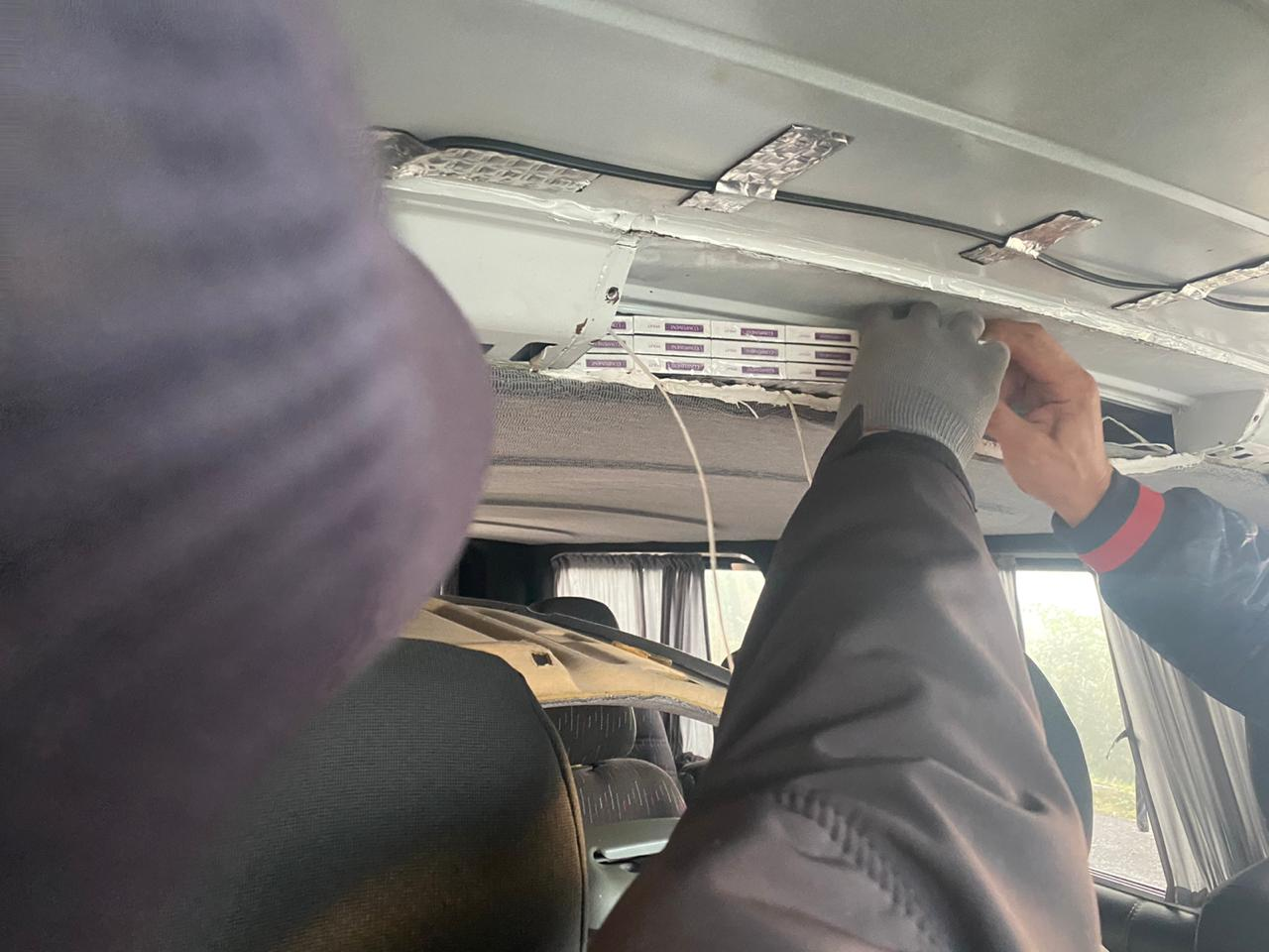 На Виноградівщині прикордонники затримали мікроавтобус з сигаретами в тайнику (ФОТО)