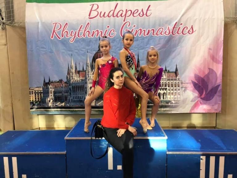 Вже другий рік поспіль наші ужгородські грації стають учасницями престижних міжнародних змагань Mikulas Cup у столиці Угорщини Будапешті, інформує пресслужба Ужгородської районної ДЮСШ.