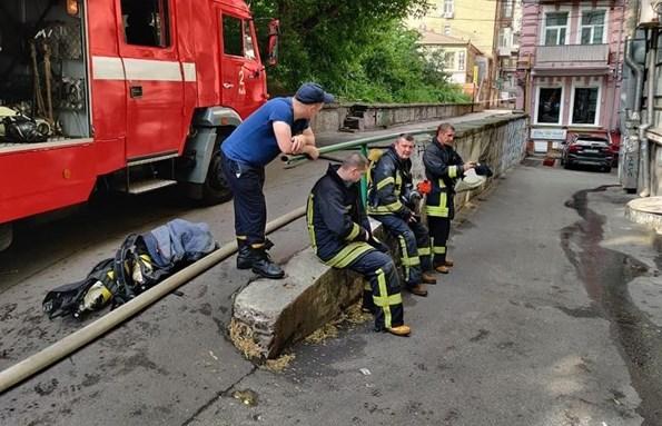 У Києві чоловік відштовхував драбину рятувальників і кидав в них битим склом, хоча знаходився в квартирі яка горить. Пізніше він вистрибнув з вікна. Про це повідомляє прес-служба ДСНС.