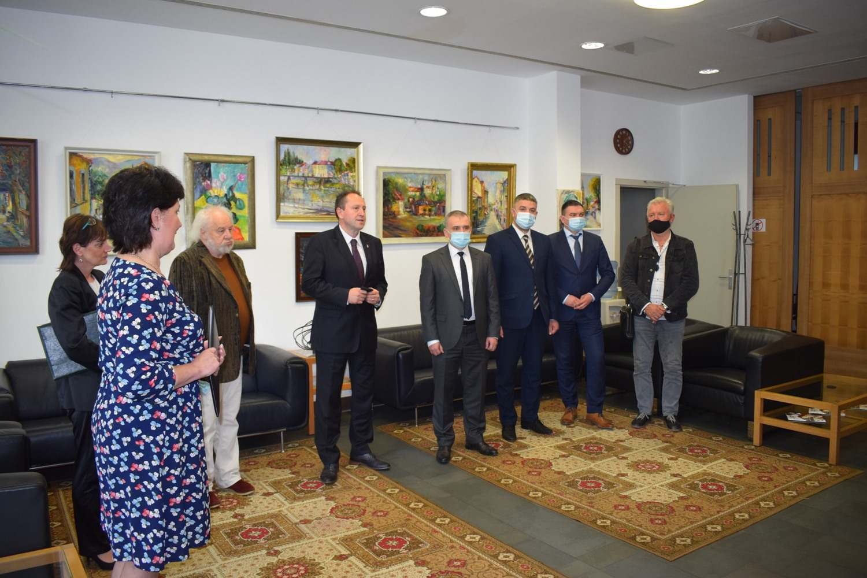Виставка художника, фанатично закоханого в Ужгород – Петра Шолтеса, відкрилася сьогодні в Генеральному консульстві Угорщини в обласному центрі Закарпаття.