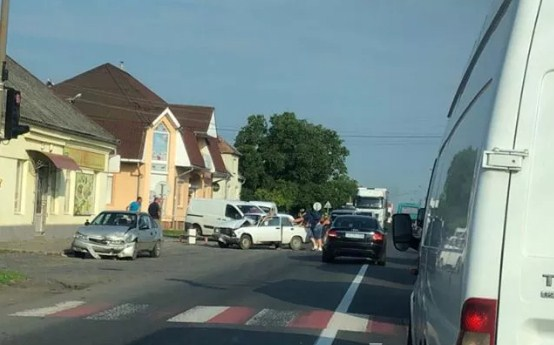 Сьогодні вранці, близько 8 год, на трасі Київ-Чоп сталася аварія. ДТП трапилася у селі Ракошино, що на Мукачівщині, біля магазину