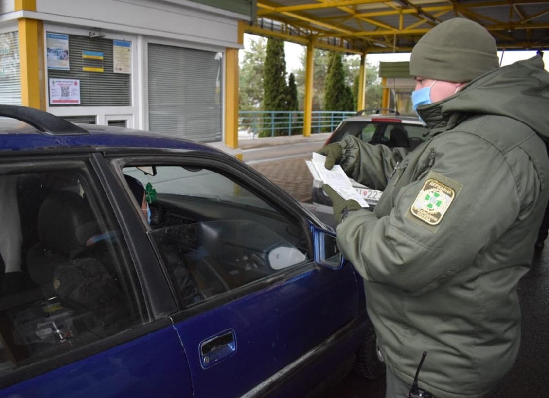 Учора прикордонники Чопського загону виявили в паспорті громадянина України підроблені печатки консульської установи Посольства України у Чехії.