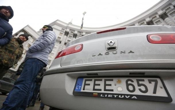"""Українці не поспішають розмитнювати авто """"єврономерах"""""""