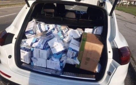 На виїзді із словацького міста Міхаловце поліція зупинила елітний білий Porsche Cayenne на українських номерах, а всередині 2769 медичних респіраторів типу FFP1 і FFP2.