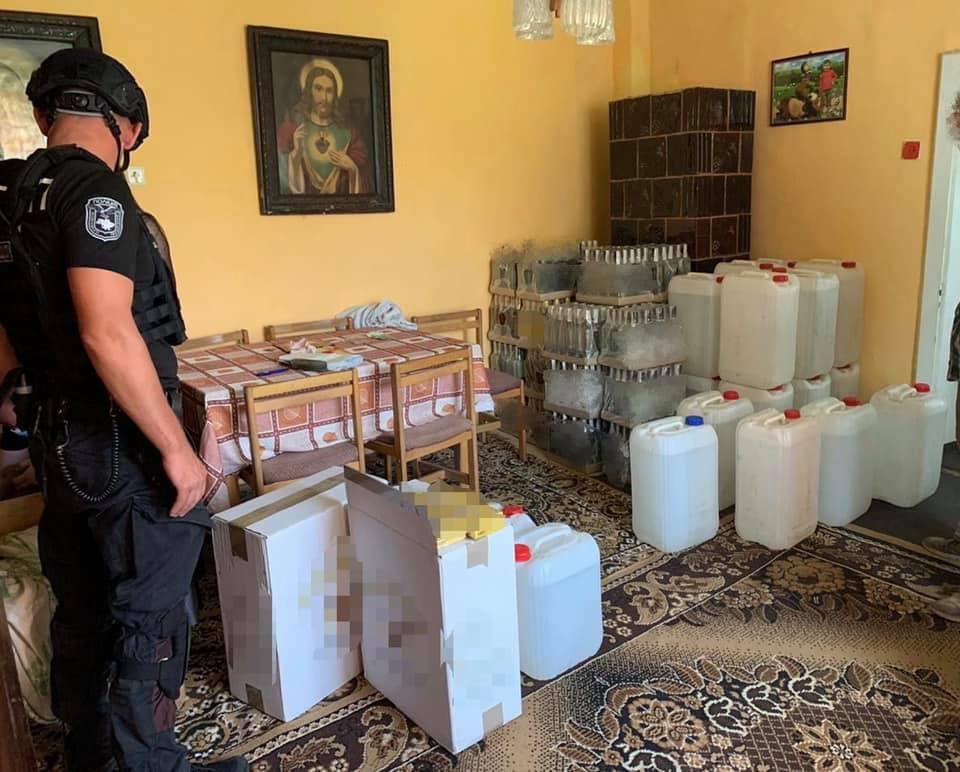 Правоохоронці проводять досудове розслідування за фактами збуту фальсифікованого алкоголю, використання при продажі та збут підроблених акцизних марок.