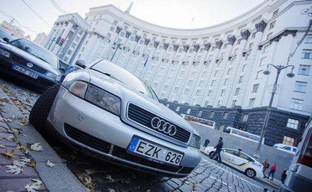 """До уваги власників автомобілів на """"єврономерах"""": відомо, які штрафи будуть з травня"""