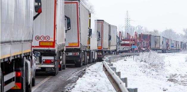 На кордоні біля Ужгорода в напрямку Угорщини та Словаччини знову утворилися довжелезні черги з вантажівок.
