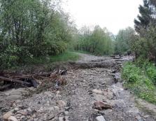 Через зруйнований водою міст від цивілізації відрізані десятки садиб найдовшого села Прикарпаття