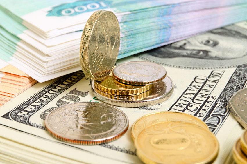 Курс долара на міжбанку знизився на 2 копійки - до 27,17 грн/долар, курс у покупці також упав на 2 копійки - до 27,15 грн/долар.