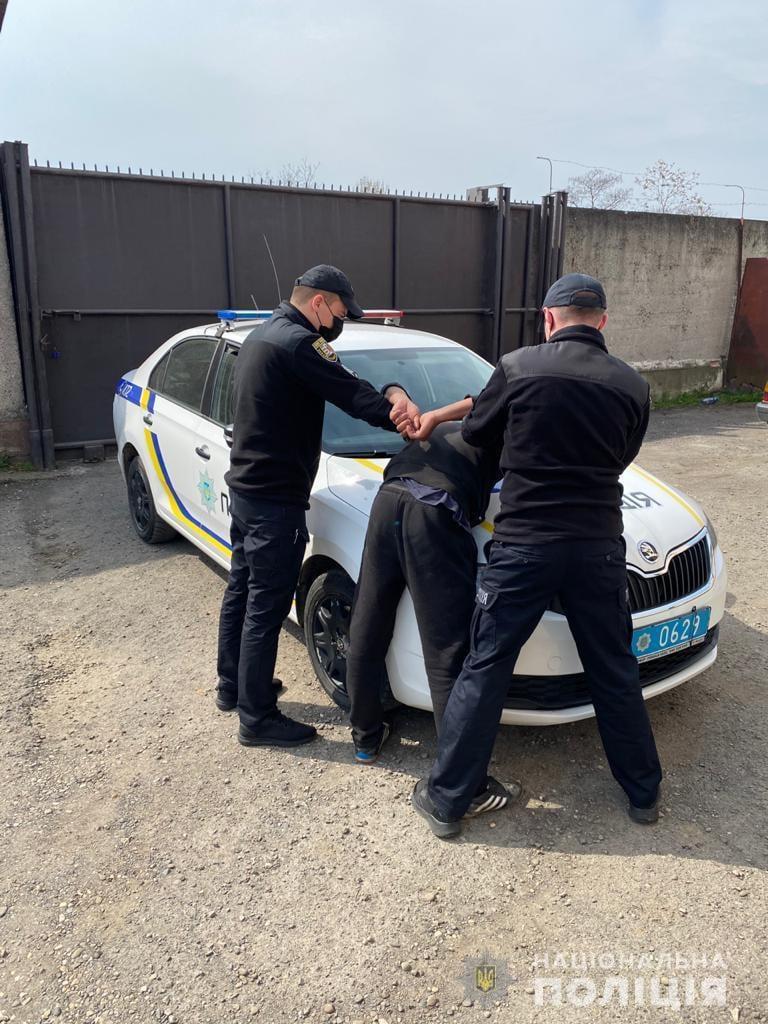 Сьогодні, 18 квітня, близько 6 години ранку до поліції надійшло повідомлення про крадіжку з приватного будинку у місті Виноградів.