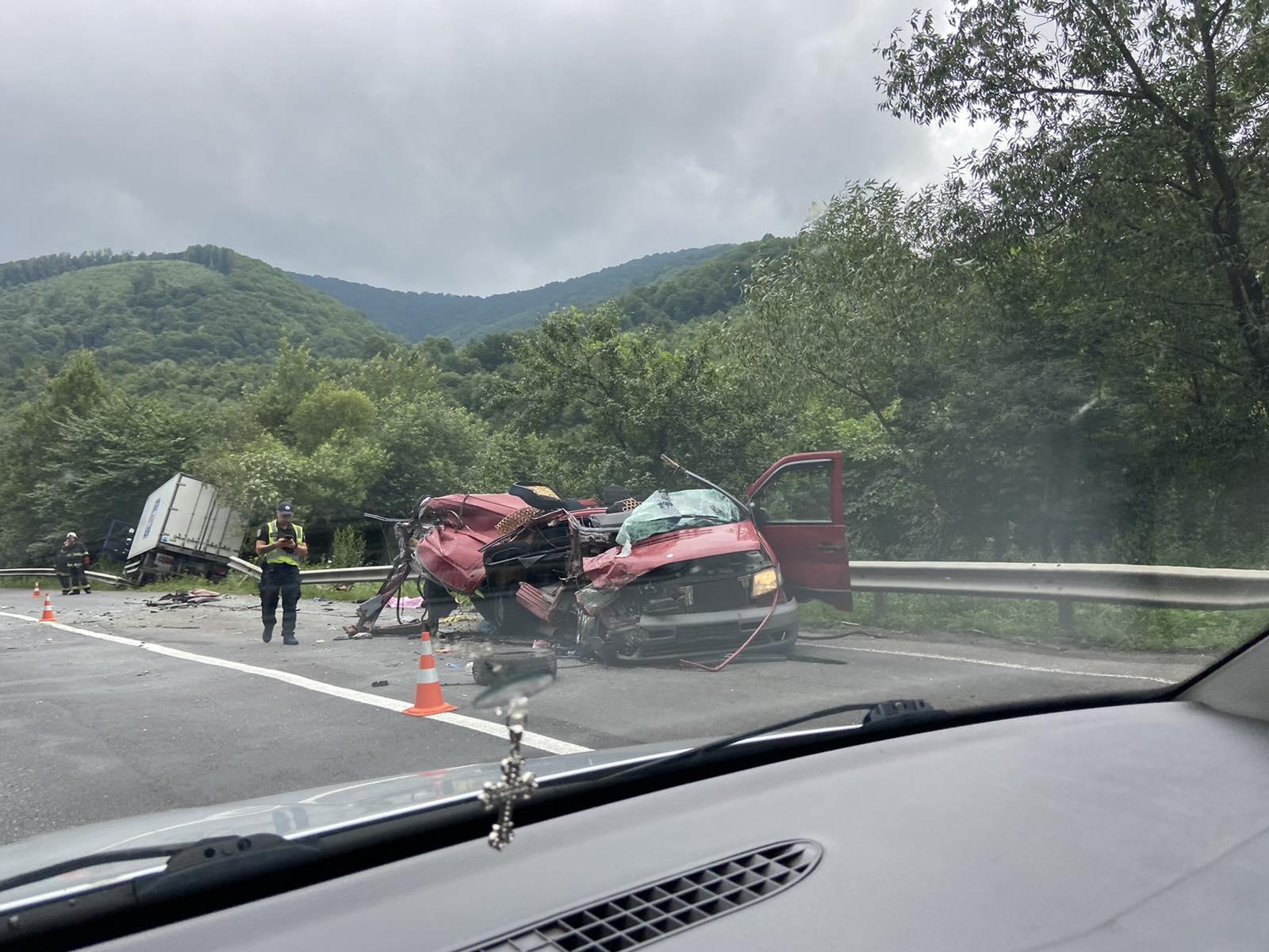 По словам очевидца, страшная авария произошла в Закарпатье недалеко от села Ханковица.