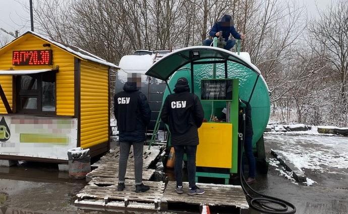Попри обіцянки президента Володимира Зеленського, нелегальні заправки та міні-НПЗ не зникли з паливного ринку країни.
