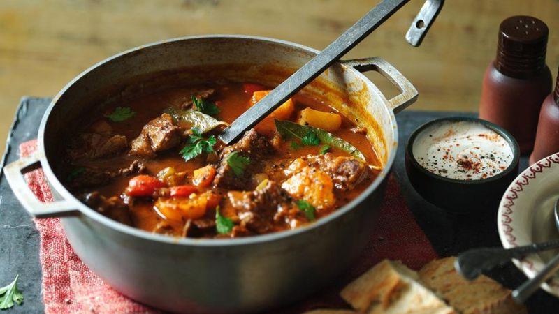 Угорський гуляш - ситна, м'ясна страва для великої родини чи компанії. Приготування потребує не менше двох годин, але докладати великих зусиль вам не знадобиться.
