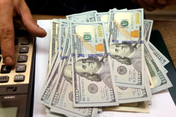 Американська валюта дорожчає на готівковому ринку кілька тижнів поспіль. Курс продажу перевищив 28 гривень.