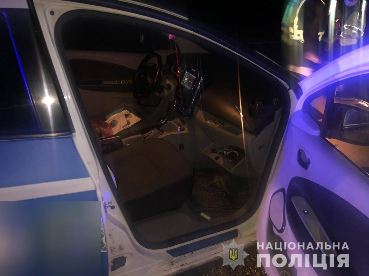 Пістолет невстановленого взірця без маркування перевозив у машині таксі 32-річний мешканець Мукачева. Небезпечний предмет слідчі поліції від чоловіка вилучили.